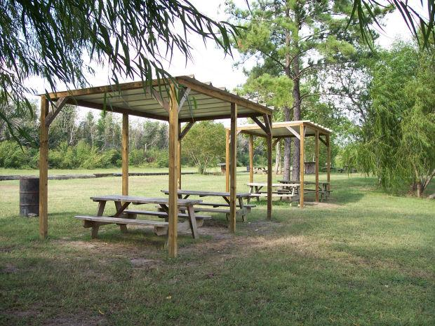 Twin Lakes Scuba Park - Picnic tables with covers