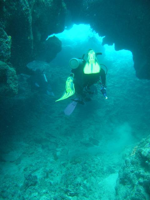 Charlie's Garden - Swim thru in Charlie's Garden, Fiji