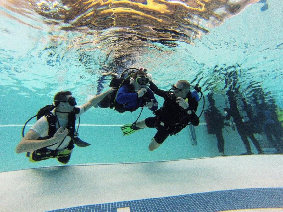 Assisting a disabled diver