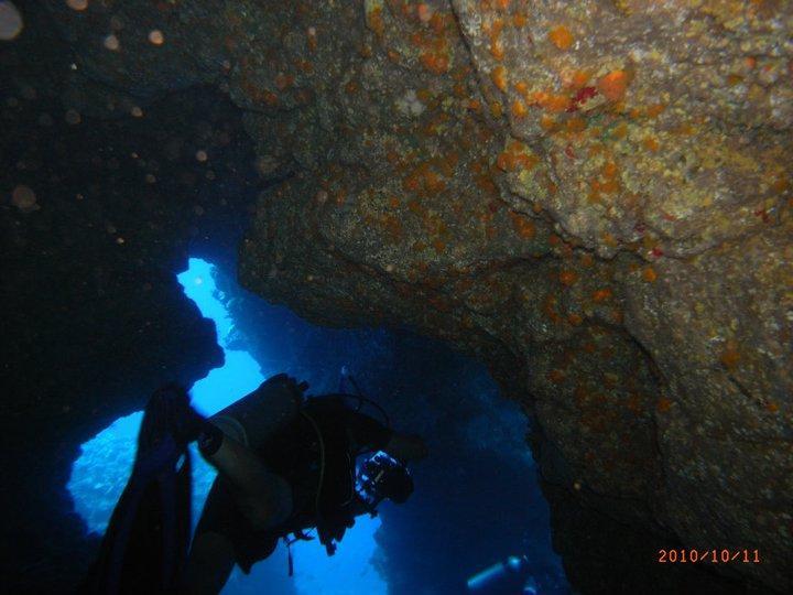Diving inside lava tubes near Wash Rock, Lanai
